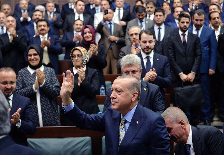 President Erdogan komt dinsdag aan in het parlement. Beeld EPA