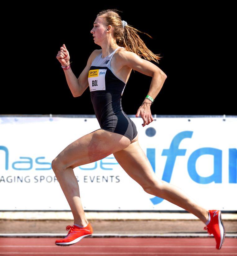 Femke Bol is zaterdag in Oordegem op weg naar een Nederlands record op de 400 meter. Beeld Klaas Jan van der Weij