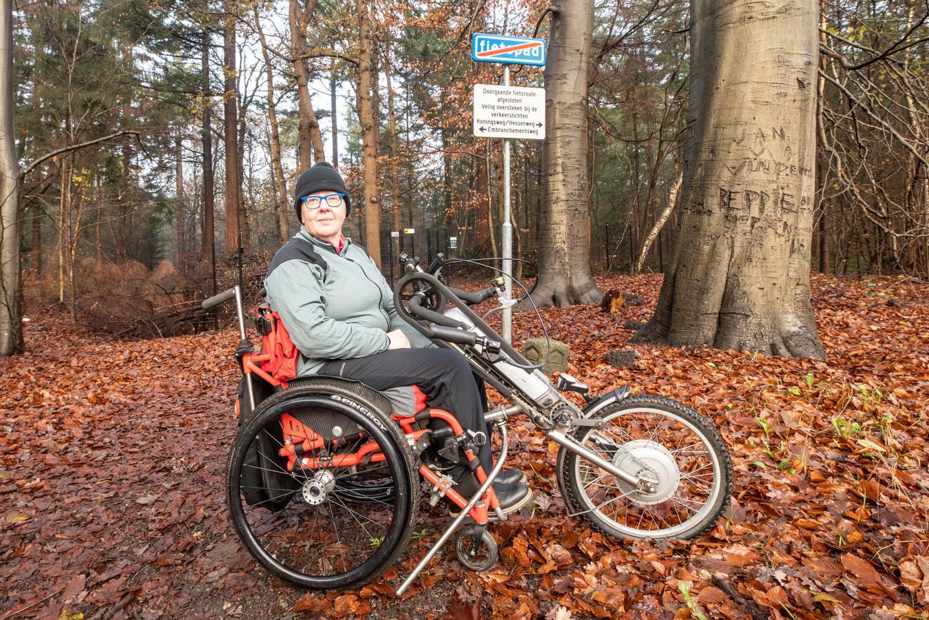 Mirjam Rybier uit Soest kan met haar handbike niet meer over landgoed Pijnenburg fietsen
