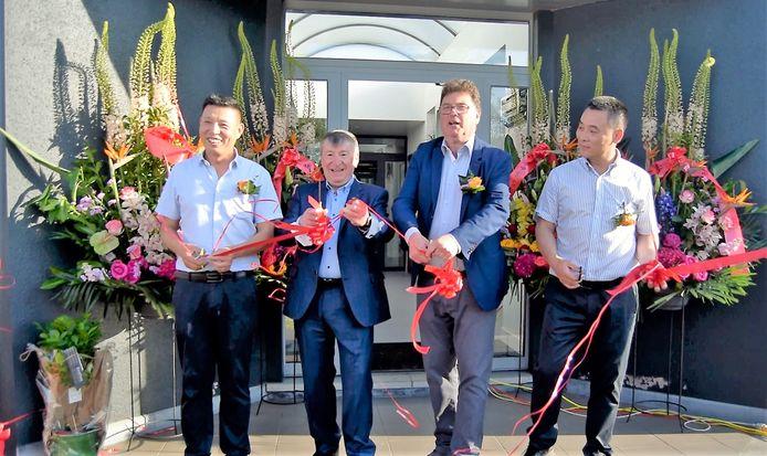Het dumplingbedrijf werd officieel geopen door de burgemeesters van Temse en Lokeren.