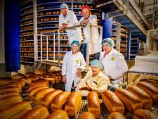 Honderdjarige bakker Visser uit Alphen bakt het brood van alle Jumbo's