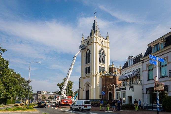 De brandweer is met een hoogwerker bij de kerktoren