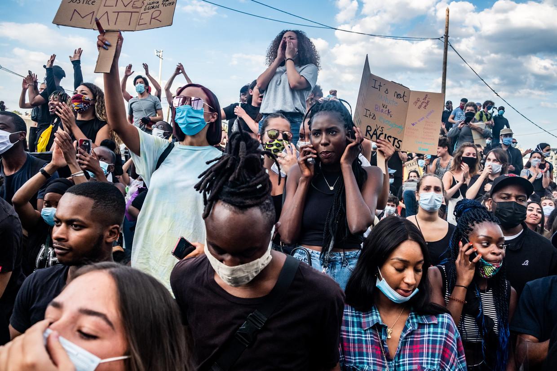 Op 3 juni demonstreerden duizenden mensen tegen racisme en politiegeweld in de straten van Parijs, hoewel de demonstratie vanwege coronamaatregelen was verboden. Beeld Joris Van Gennip