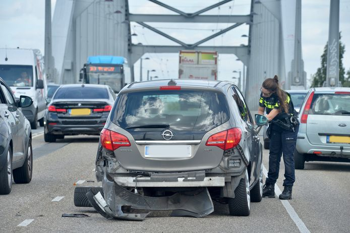 Een van de twee auto's die betrokken waren bij het ongeluk op de John Frostbrug in Arnhem.