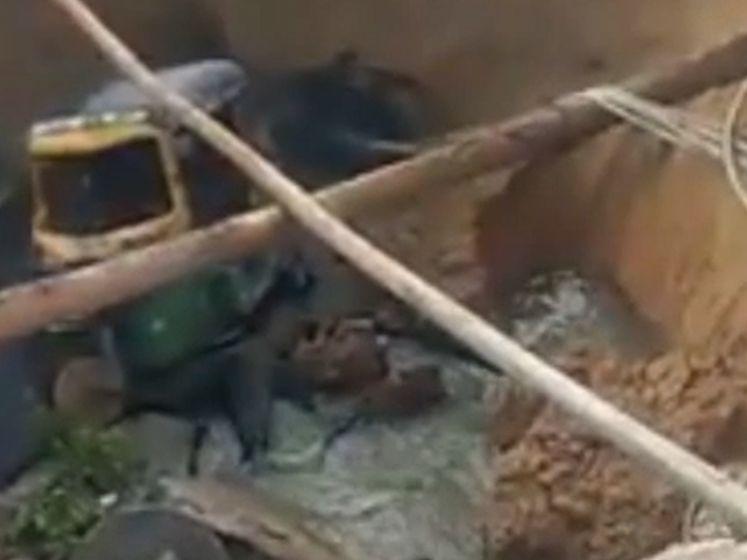 Plots zakt de straat in: man rijdt met riksja in zinkgat