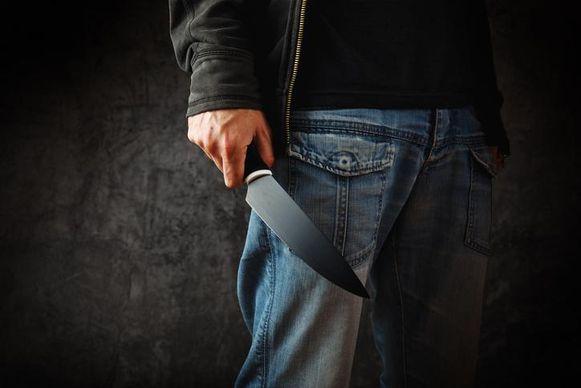 Illustratiebeeld - De man uit Sint-Lievens-Houtem krijgt tien maanden cel met uitstel voor een schermutseling tijdens de winterjaarmarkt. Een paardenhandelaar kreeg toen een mes in de rug.