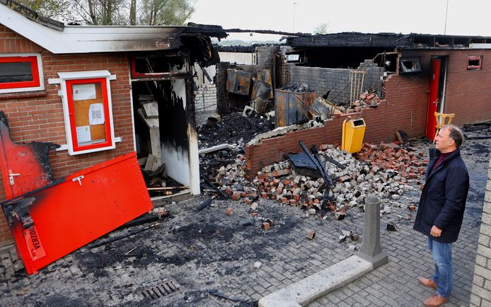 Voorzitter Lars Pijlman van voetbalclub BZC'14 bekijkt de schade van de brand.