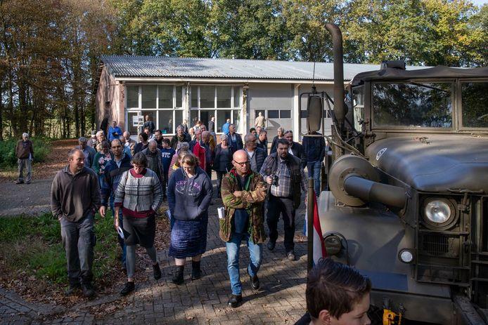 Vrijwilligers van de Vereniging Dienstplicht Koude Oorlog leiden bezoekers rond op het voormalige mobilisatiecomplex in Elst.