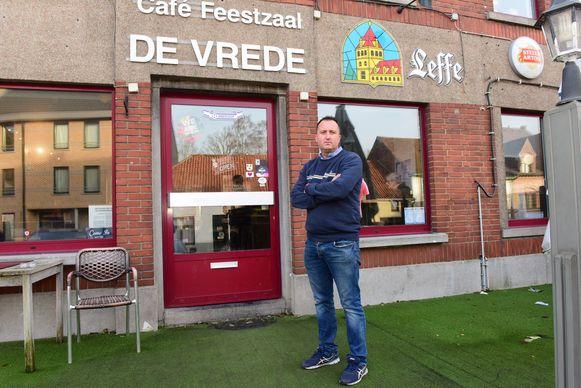 Geert voor zijn café De Vrede.