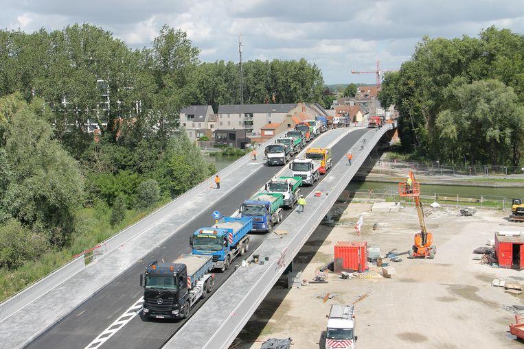 24 vrachtwagens voerden maandag stabiliteitsproeven op de nieuwe dorpsbrug in Ingelmunster uit. Lukt dit, dan mag de brug binnenkort open. Ook dinsdag vinden er nog proeven plaats.