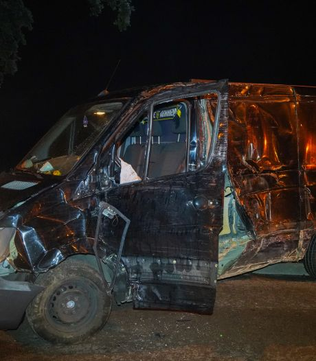 Fors ongeluk in Babberich: bestuurder onder invloed rijdt met hoge snelheid zijn bus total loss