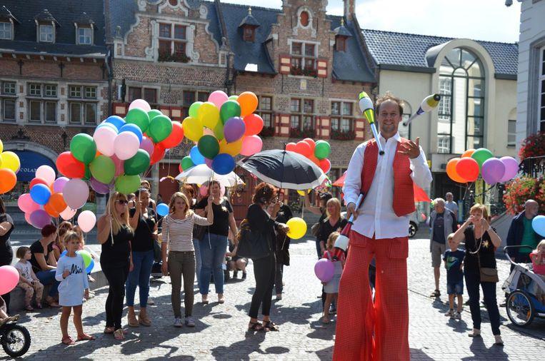 Een jonglerende steltenloper luisterde het jubileum van kinderclub Patjoepelke op.