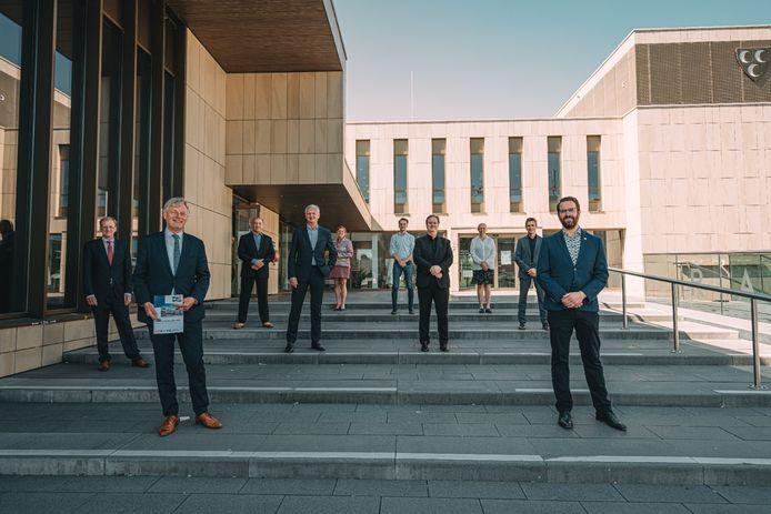 Het college van Krimpen aan den IJssel. Vooraan, v.l.n.r: gemeentesecretaris Aart Boelen, wethouders Wubbo Tempel (CDA), Anthon Timm (VVD), Coen Derickx (PvdA) en Hugo van der Wal (SGP)