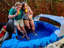 Weer politie bij zwembad-cabrio van YouTuber Boaz, maar nu feestelijk: Lukas uit Apeldoorn is jarig