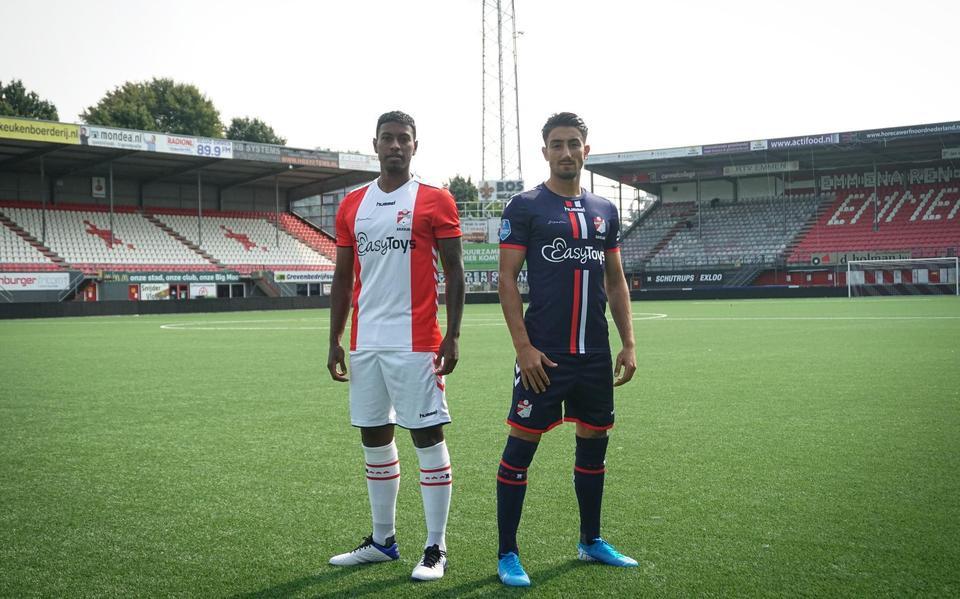 Miguel Araujo (links) en Cander Cavlan in de shirts waarmee FC Emmen dit seizoen had willen spelen.