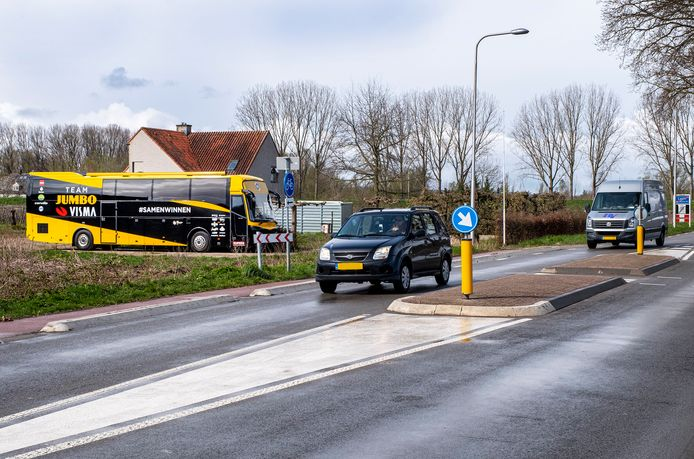 Aan de Steenheuvelsestraat in Leuth staat zomaar de bus van de wielerploeg Team Jumbo-Visma. Autopech? Nee, de beste wielerploeg ter wereld heeft sinds kort een chauffeur uit Leuth.