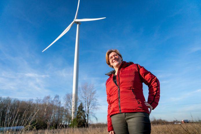 Odilia Kortsmit uit Oosterhout woont vlakbij windpark Nijmegen-Betuwe langs de A15. En daar heeft ze geen problemen mee. Ze ziet liever een windturbine dan een energiecentrale.