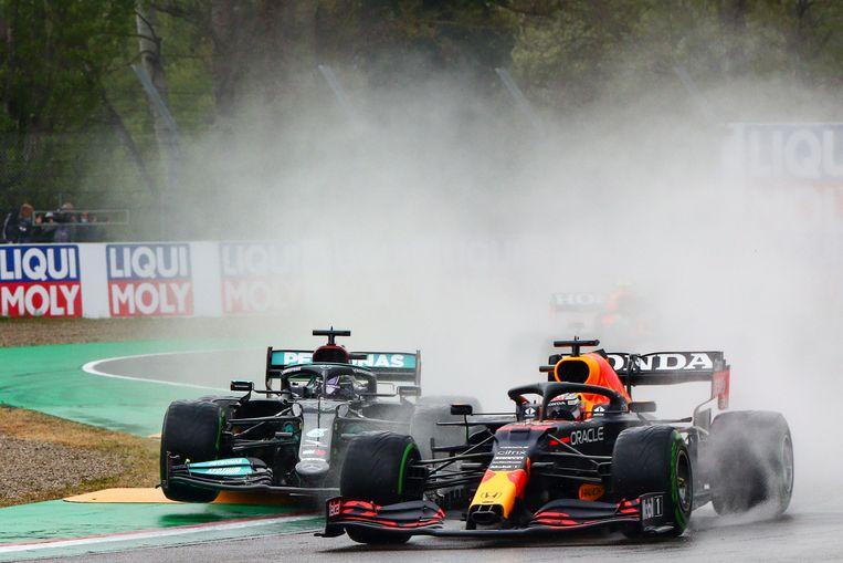Lewis Hamilton en Max Verstappen in gevecht. Beeld EPA