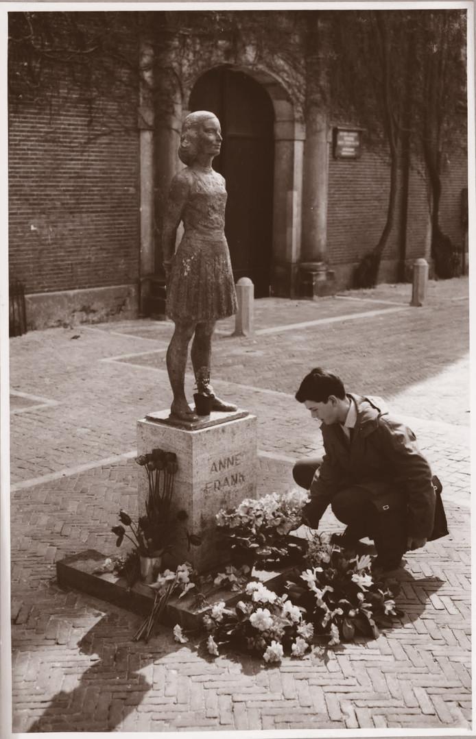 Het beeldje van Anne Frank van de kunstenaar Pieter d'Hont op het Janskerkhof te Utrecht