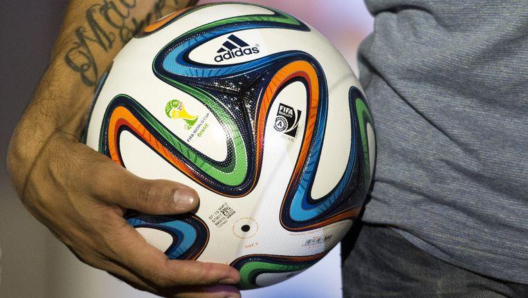 De officiële WK-bal in de handen van de Braziliaanse speler Hernanes... Beeld AP