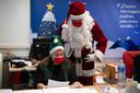 De Franse kerstman is alvast begonnen met het doornemen van de kerstpost op het postkantoor van Libourne, in de buurt van Bordeaux.