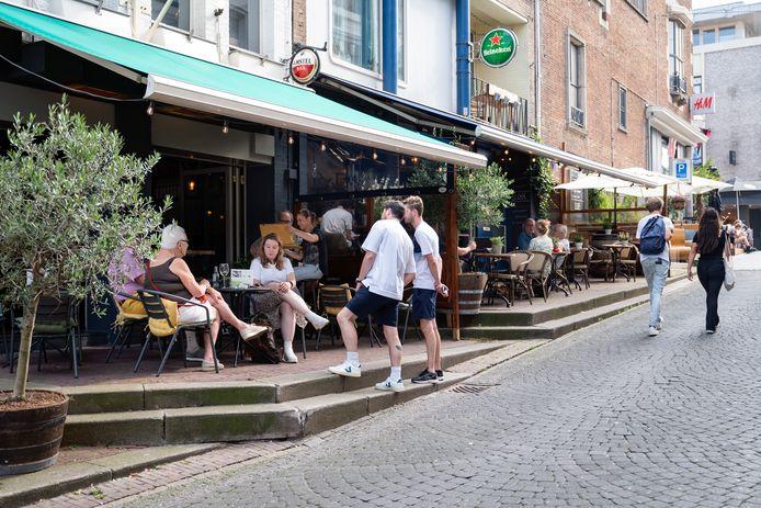 Ter illustratie: horeca bovenaan de Grotestraat in Nijmegen.