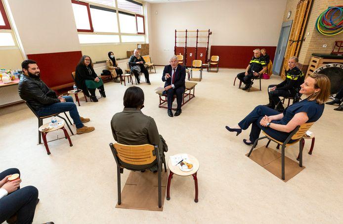 Burgemeester Jan van Zanen woensdag in gesprek met bewoners, een schooldirecteur, jongerenwerker, docent en wijkagenten over de situatie in Den Haag Zuidwest, nadat hij het dringende beroep heeft gedaan voor extra miljoenen.