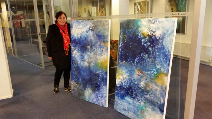 Marthy van Casteren bij haar twee favoriete werken in acryl.