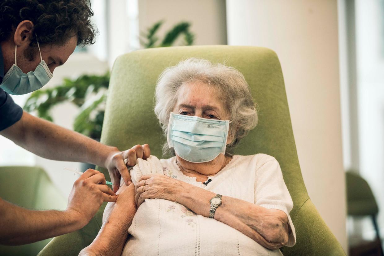 Een rusthuisbewoner wordt gevaccineerd. De lijst die nu is opgesteld, gaat over de vaccinaties die volgen op de 65-plussers. Beeld Karolien Coenen