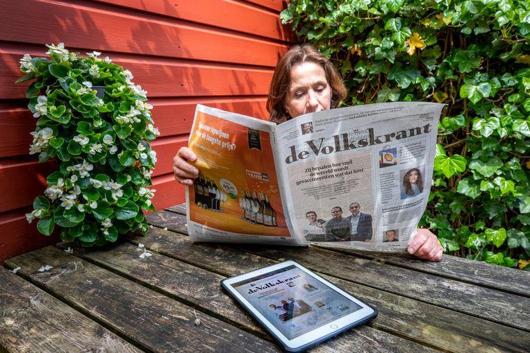 De krant op papier en digitaal. Beeld  Raymond Rutting / de Volkskrant