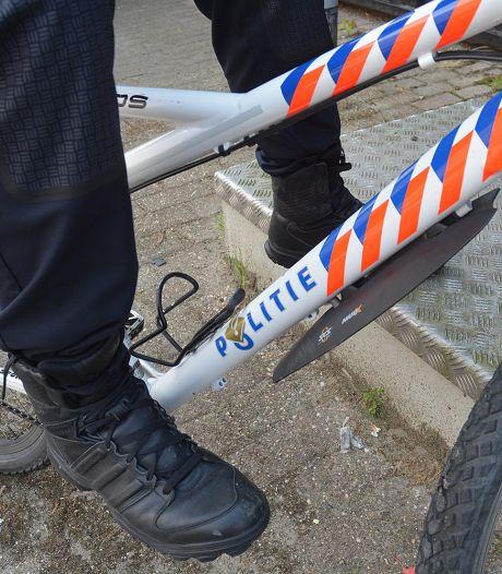 Hondsbrutale dief jat fiets uit politiebus in Apeldoorn: 'Wat blijkt? We hebben topbeelden van je'