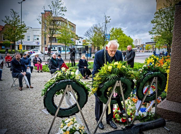 Burgemeester Cor Lamers legde op de kop van stadspark De Plantage een krans.