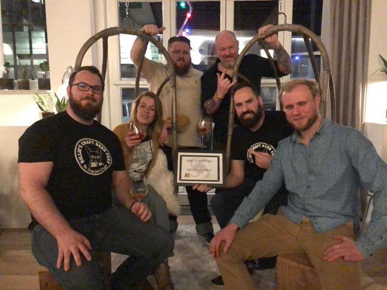 Het volledige team achter het festival met naast de twee caféuitbaters ook leden van Bierdelicatesse Hop Is Hop en vrijwillige bierkenners. Kristof, Helena, Geert, Stéfan, Tom en Johan. Bierkenner Ster was afwezig tijdens de awardshow.