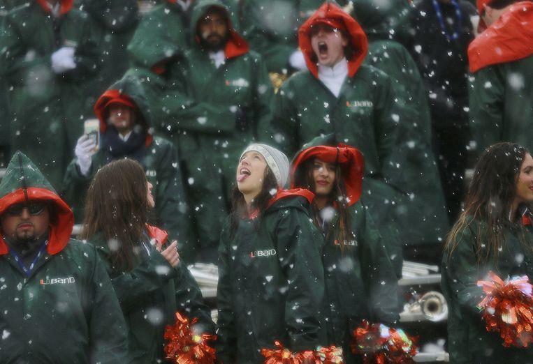 Cheerleaders in de sneeuw in El Paso, Texas. Beeld Victor Calzada, AP