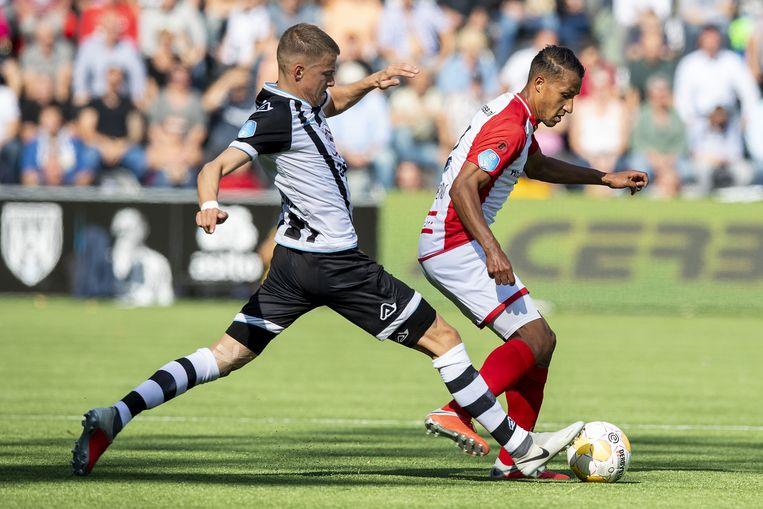 Dario van den Buijs (Heracles) en Luciano Slagveer tijdens de wedstrijd. Beeld ANP