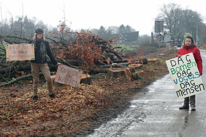 Frederique Hijink (rechts) grijpt met Cathe Navis de kap aan voor een protestactie.