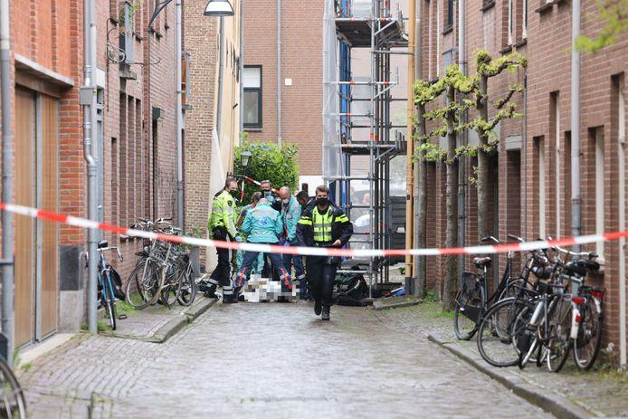 In de Bitterstraat in Zwolle waren snel veel hulpdiensten ter plaatse naar aanleiding van een steekpartij.