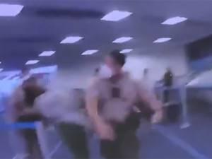 Un policier relevé de ses fonctions après avoir frappé une femme
