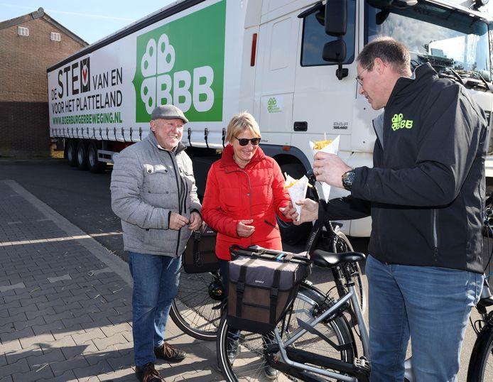Ano Vael trakteert Eddy (links) en Bertie Duerinck uit Vogelwaarde op een Zeeuws frietje van de BoerBurgerBeweging.