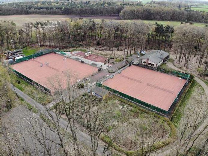 De banen van de tennisclub in Zelhem, aan de Priesterinkdijk, van boven gezien.