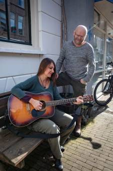 Hanzebankjesroute vertelt negen vrijheidsverhalen in Kamper binnenstad