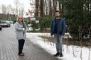 Amir Moeinifar en Jami Nabatali voor de poort van het asielzoekerscentrum. Ze zoeken elkaar vaak op.