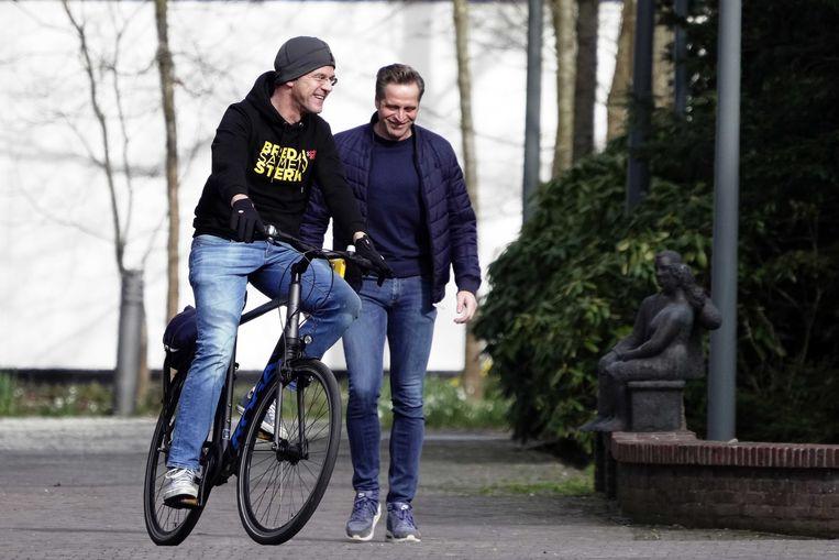 Demissionair premier Mark Rutte en demissionair minister Hugo de Jonge arriveren zaterdag bij het Catshuis voor overleg over het coronavirus. Beeld EPA
