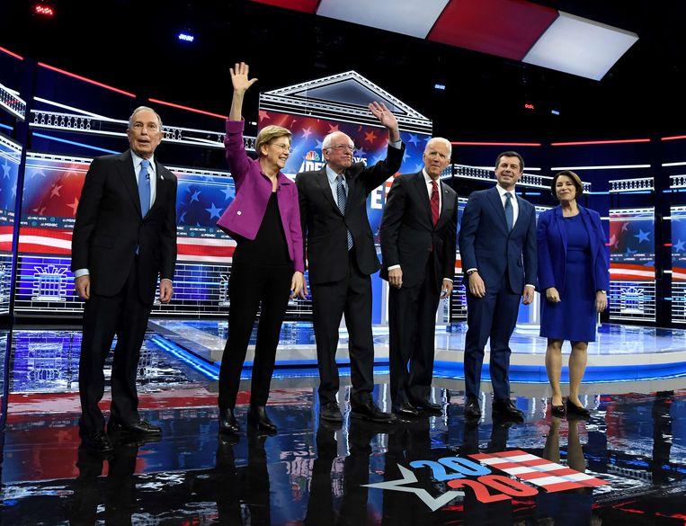 De Democraten die in de race zijn voor de Democratische nominatie voorafgaand aan het vorige debat. Beeld AFP