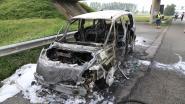 VIDEO. Auto gaat volledig in vlammen op, voorbijgangers filmen wel maar helpen niet