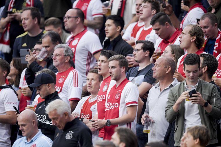 Supporters in de Arena, waar vanwege de coronamaatregelen plek was voor 25.000 man. Ajax won de wedstrijd tegen Leeds met 4-0. Beeld ANP