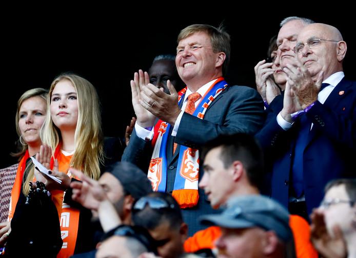 Koning Willem-Alexander zit met zijn dochters Amalia en Ariane in het stadion.
