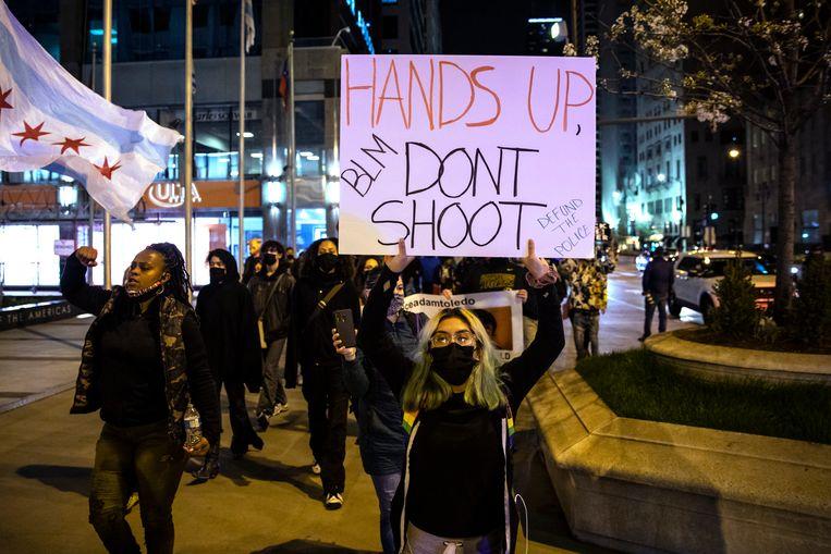 Demonstranten in Chicago na het vrijgeven van de politiebeelden.  Beeld AP
