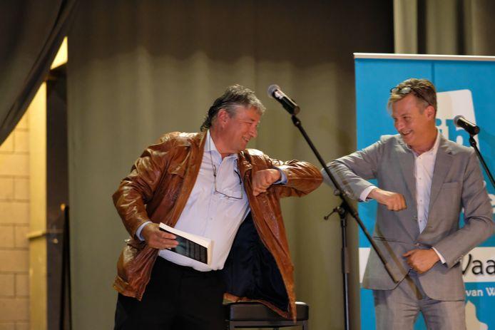 Jeugdauteur Rob Baetens, bij de boekvoorstelling met cultuurschepen Gunter Van Campenhout.
