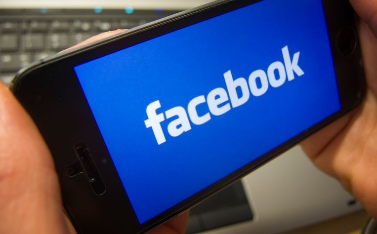 Een Facebook-logo op een smartphone op de dag dat de sociaalnetwerksite zijn jaarcijfers presenteert Beeld ANP XTRA